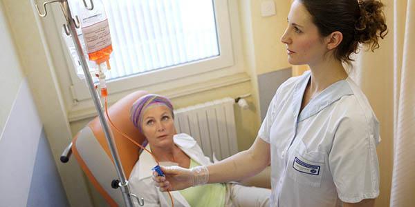 Hóa trị là dùng các loại thuốc hóa chất truyền vào cơ thể qua đường tĩnh mạch hoặc đường uống