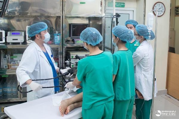 Các bác sĩ bệnh viện Thu Cúc đang thực hiện nội soi đại tràng gây mê cho người bệnh