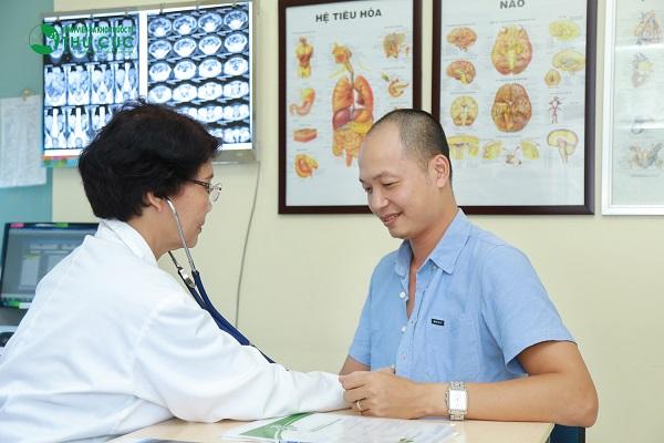 Người bệnh cần đi khám để bác sĩ chẩn đoán chính xác tình trạng sức khỏe và tư vấn thuốc chữa viêm đại tràng phù hợp