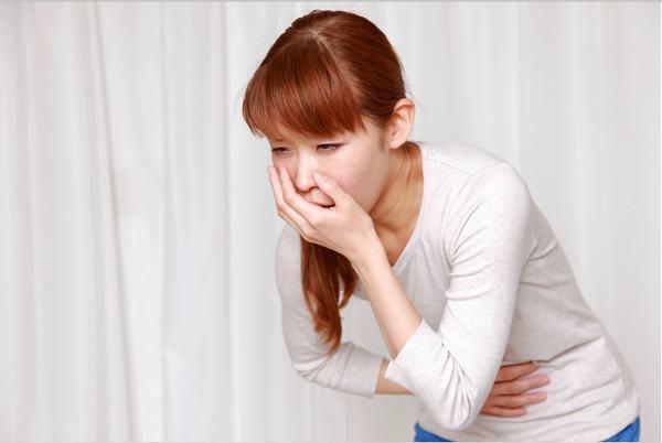 Khi buồn nôn và nôn hoặc thường xuyên đầy bụng, người bệnh cần đi khám ngay vì có thể là triệu chứng đau dạ dày