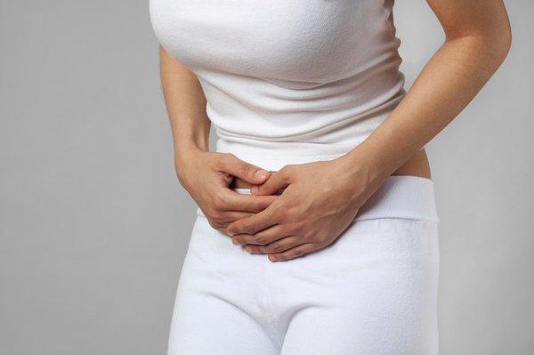 Đau, cảm giác đầy tức bụng là một trong những biểu hiện bệnh thường gặp ở bệnh nhân bị u nang buồng trứng