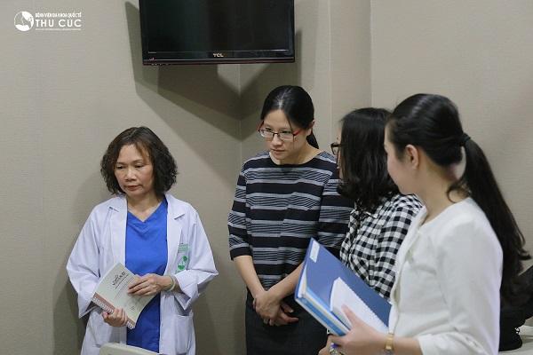 TS. BS See Hui Ti thăm khám bệnh nhân điều trị ung thư tại Bệnh viện Thu Cúc