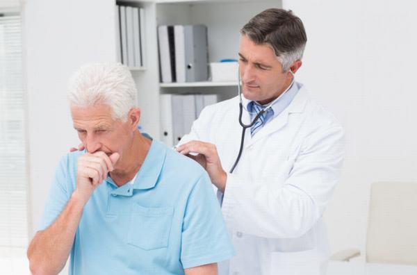 Người bệnh cần đi khám ngay khi có dấu hiệu viêm phổi để bác sĩ tư vấn phương pháp chữa trị phù hợp