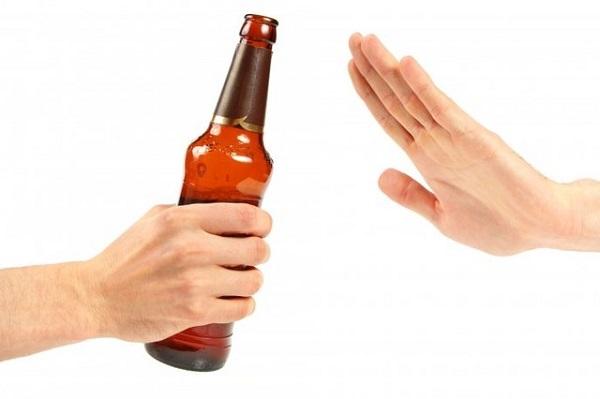 Bệnh nhân xơ gan cổ trướng cần tuyệt đối tránh rượu bia, các đồ uống chất kích thích