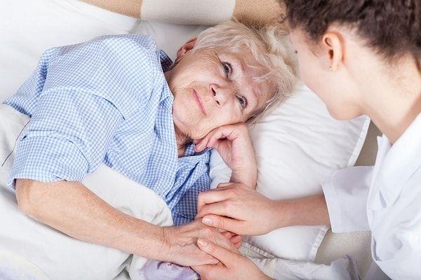 Sự quan tâm, động viên của người nhà sẽ giúp người bệnh lạc quan hơn
