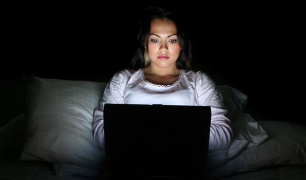 Thường xuyên thức khuya cũng ảnh hưởng tới sức khỏe và làm tăng nguy cơ mắc u xơ tuyến vú