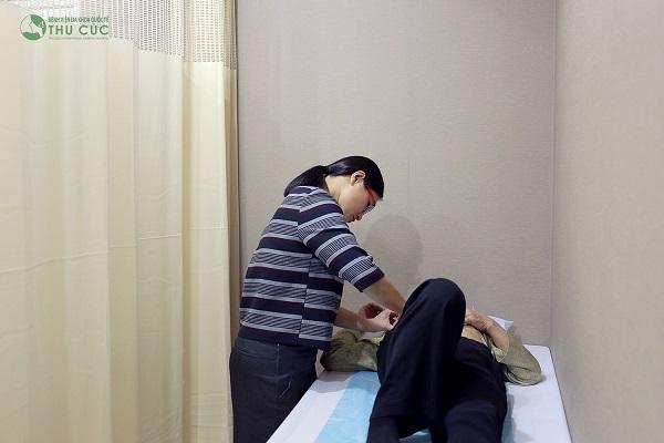 TS. BS See Hui Ti - chuyên gia Ung bướu hàng đầu Singapore trong điều trị ung thư vú - phụ khoa ở nữ giới thăm khám cho bệnh nhân tại Bệnh viện Thu Cúc