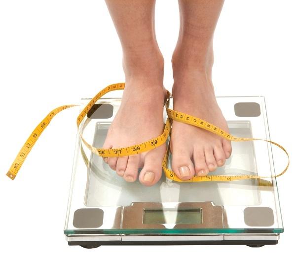 Kiểm tra cân nặng thường xuyên và tự đối chiếu với chuẩn BMI để đánh giá tình trạng thừa cân của mình