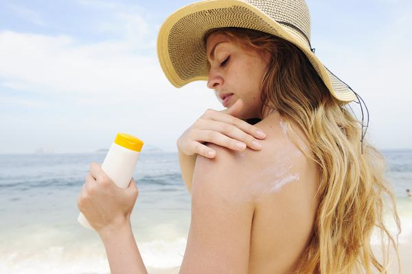 Thoa kem chống nắng hàng ngày cũng giúp bảo vệ da khỏi nguy cơ mắc bệnh