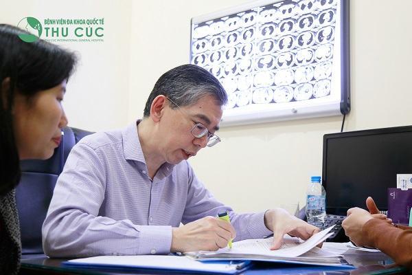 TS. BS Lim Hong Liang đang tư vấn điều trị bệnh cho người bệnh