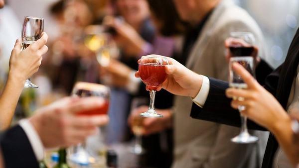Cần tránh những loại đồ uống có cồn bởi chúng không tốt cho quá trình lành bệnh