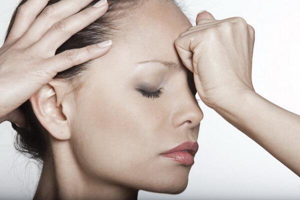 Đau đầu là một trong những dấu hiệu điển hình khi khối u di căn não