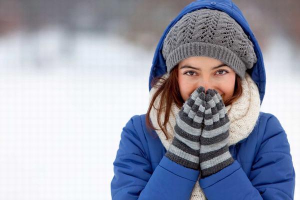 Để phòng ngừa viêm phổi cần chú ý mặc ấm và bảo vệ cơ thể khi thời tiết chuyển mùa