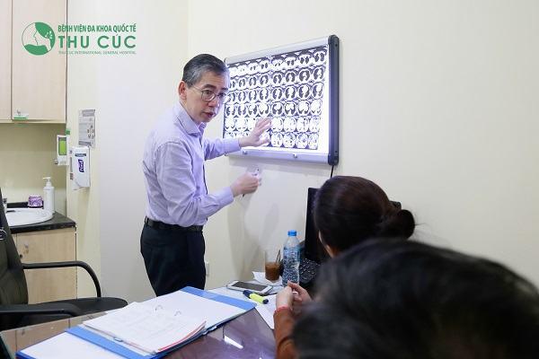 TS. BS Lim Hong Liang đang tư vấn điều trị bệnh cho khách hàng ngay tại bệnh viện Thu Cúc