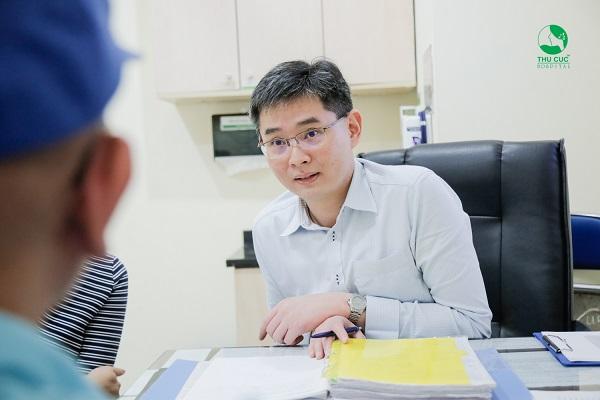TS. BS Zee Ying Kiat đang tư vấn điều trị ung thư cho khách hàng tại bệnh viện Thu Cúc