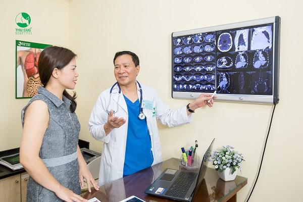 Khách hàng được tầm soát ung thư với bác sĩ ung bướu giàu kinh nghiệm
