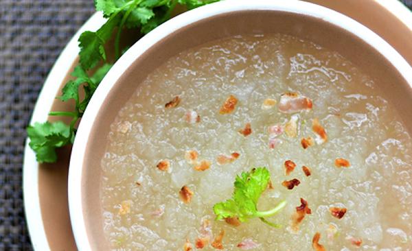 Người bệnh nên ăn những thực phẩm mềm, lỏng, dễ tiêu hóa như cháo hoặc súp