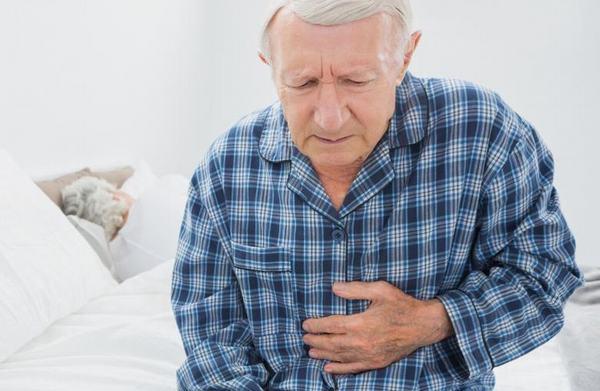 Khi tế bào ung thư đại tràng di căn gan, người bệnh sẽ thấy dấu hiệu đau tức vùng gan, vàng da, mệt mỏi... cùng với các triệu chứng ở đại tràng như đi ngoài ra máu...