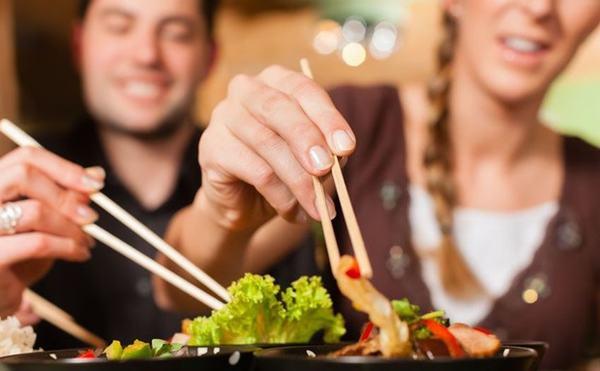 Thói quen ăn uống chung đụng là con đường lây truyền vi khuẩn HP - thủ phạm làm gia tăng nguy cơ mắc ung thư dạ dày