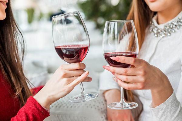 Chị em cần kiêng các đồ uống có cồn như bia rượu vì có thể khiến bệnh nặng hơn