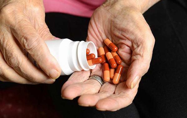 Người bệnh cần đi khám và dùng thuốc điều trị theo đúng hướng dẫn của bác sĩ