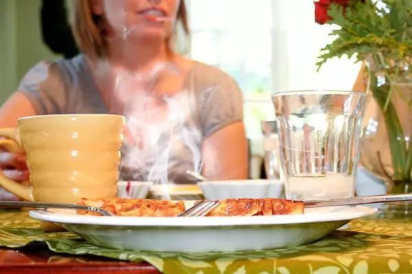 Thức ăn quá nóng sẽ gây tổn thương niêm mạc thực quản, dạ dày