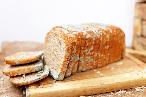 Người bệnh cần tránh những thực phẩm mốc như bánh mì, lạc, gạo, đậu mốc