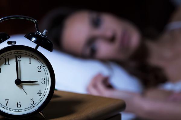 Thói quen thức khuya hoặc ngủ quá nhiều cũng làm tăng nguy cơ mắc ung thư vú ở chị em