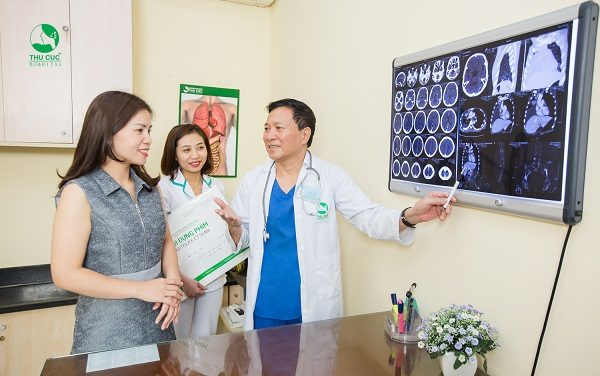 Bác sĩ bệnh viện Thu Cúc đang tư vấn kết quả khám tầm soát ung thư cho khách hàng